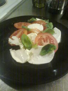 Mozarellaost, tomat och basilika